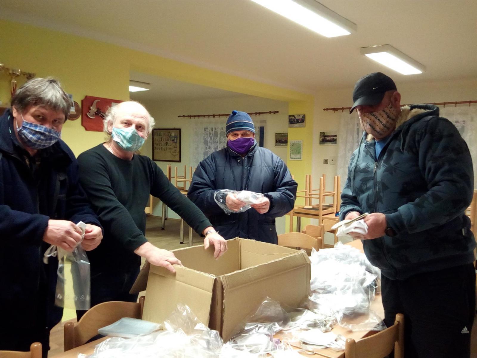 Distribuce roušek a desinfekce v Podlesí