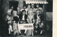 """Představení divadelní hry """"Chudák manžel"""" vpodání hasičských ochotníků (1957)."""