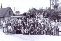 Oslavy 60 let základní organizace Svazu požární ochrany vPodlesí – Křivém. Společné foto sdružebními hasiči zDolní Lutyně 5.8.1984.