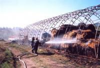 Snad největší požár, u kterého sbor zasahoval. Dne 15.4.2007 vznikl oheň vzemědělské hale družstva vPodlesí. Hasiči Z. Pomkla a K. Mrnuštík likvidují ohnisko požáru.